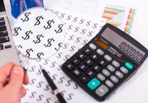 contable-finanza-lupa